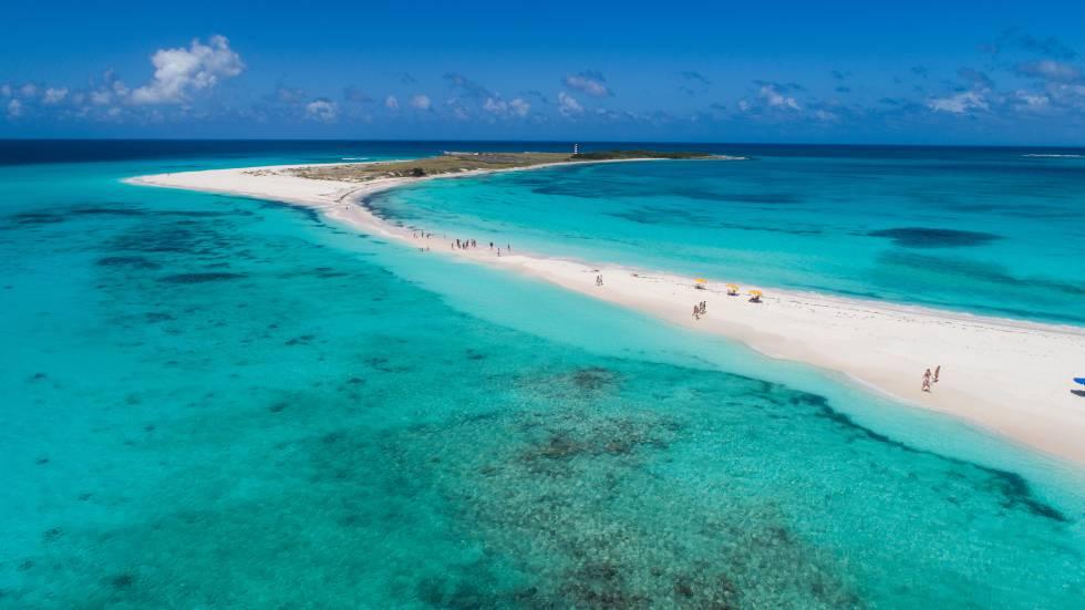 Vista aérea de la isla tropical de Cayo de Agua, en el archipiélago venezolano de Los Roques.