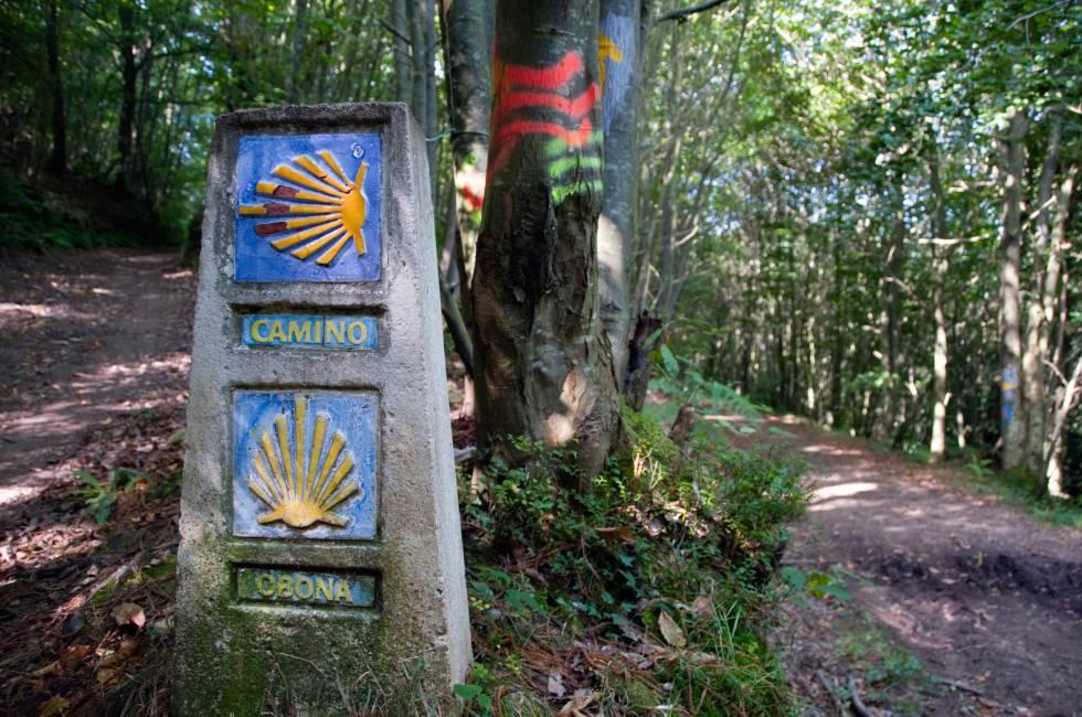 Unos paneles en piedra marcan la ruta del Camino Primitivo, cerca del Alto de Piedratecha, en Asturias.