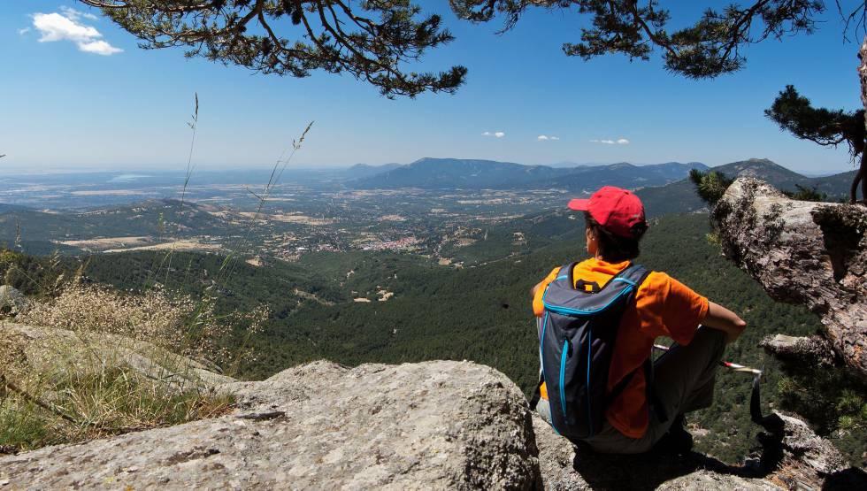 Una mujer contempla una impresionante panorámica de la sierra de Guadarrama, en un alto en el sendero Gr-10, a la altura de la localidad madrileña de Cercedilla.