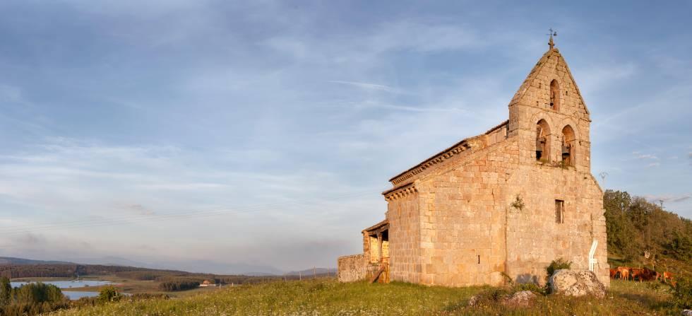 La iglesia de San Salvador en la pedanía de Foldada, perteneciente al municipio de Aguilar de Campoo, en Palencia.