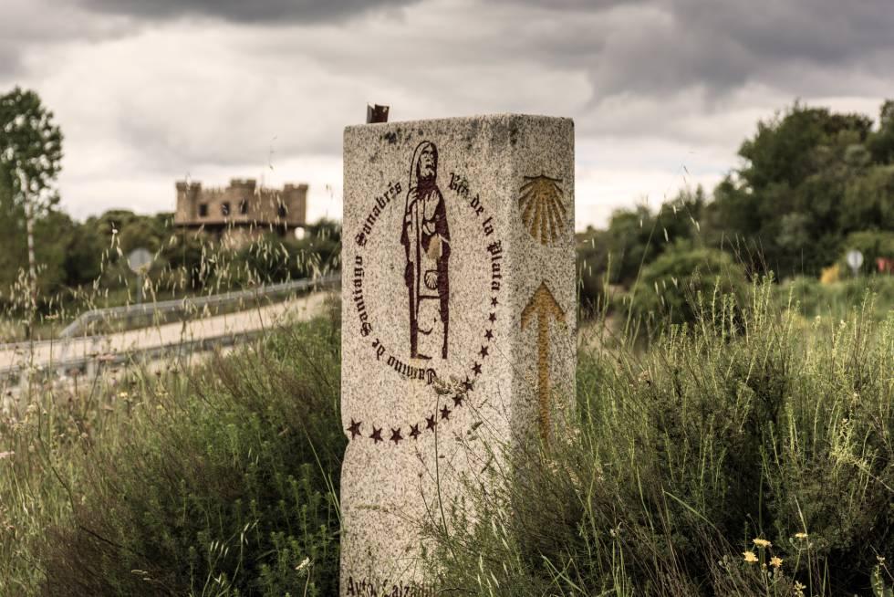 Un mojón con indicaciones del Camino de Santiago, en la localidad zamorana de Calzadilla de Tera.