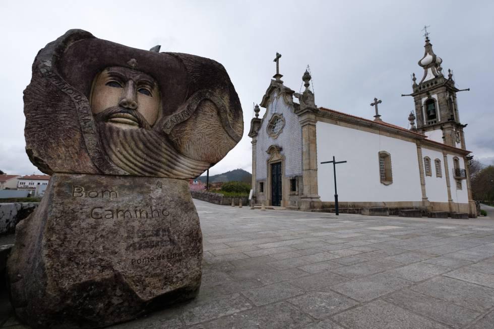 Una escultura en homenaje a los peregrinos del Camino de Santiago, frente a la iglesia de Santo António da Torre Velha, en Ponte de Lima (Portugal).
