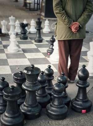 Un ajedrez de gran formato en los jardines de Kungsträdgården.