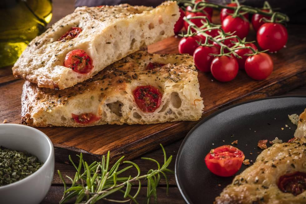 La 'foccaccia' consiste en una especie de pan horneado con aceite de oliva y especias.