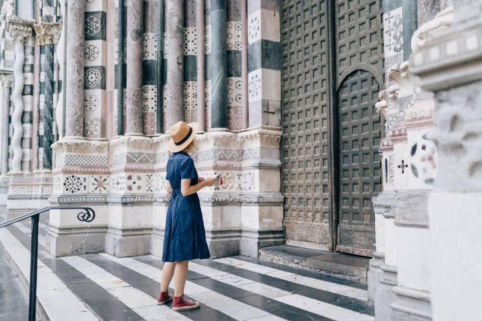 Una turista en el pórtico de la catedral de San Lorenzo, en Génova, consagrada en el siglo XII.