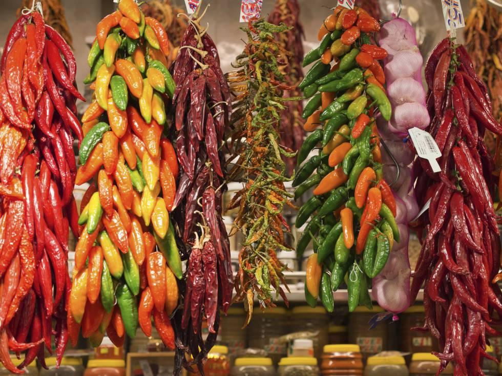 Selección de chiles en un puesto de La Boqueria.