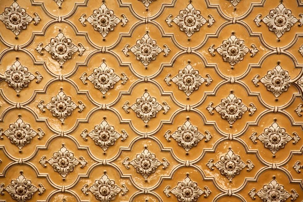 Detalle de una fachada esgrafiada del palacio de Chowmahalla, la opulenta residencia de los soberanos de Hyderabad, inspirada Hyderabad en el palacio del sah, en Teherán.
