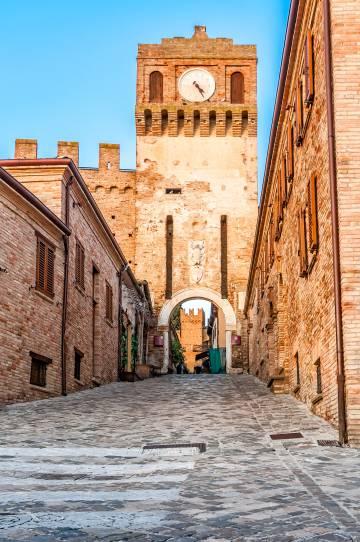 Entrada a la villa medieval de Gradara (Italia).