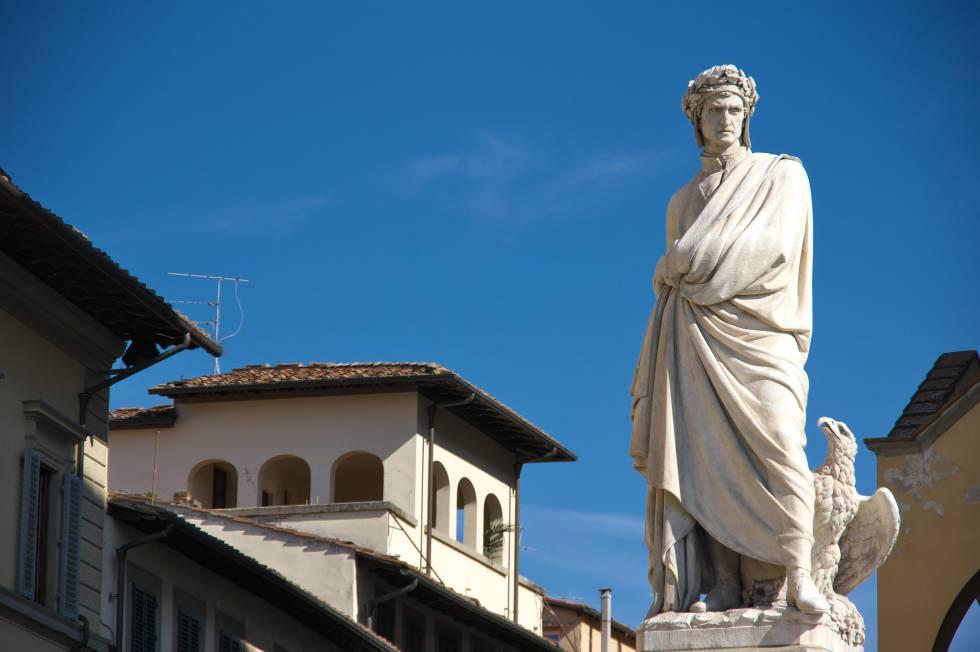 Escultura de Dante en la Piazza di Santa Croce de Florencia.
