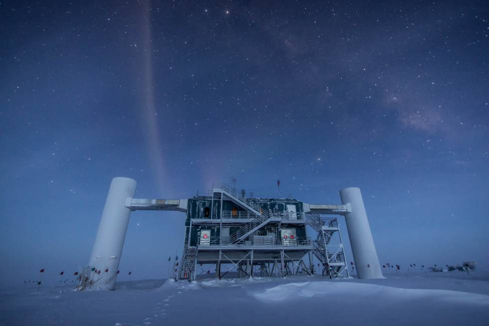 El detector de neutrinos IceCube, en la Antártida, ocupa un volumen de un kilómetro cúbico de hielo con sensores que llegan hasta una profundidad de 2.450 metros.