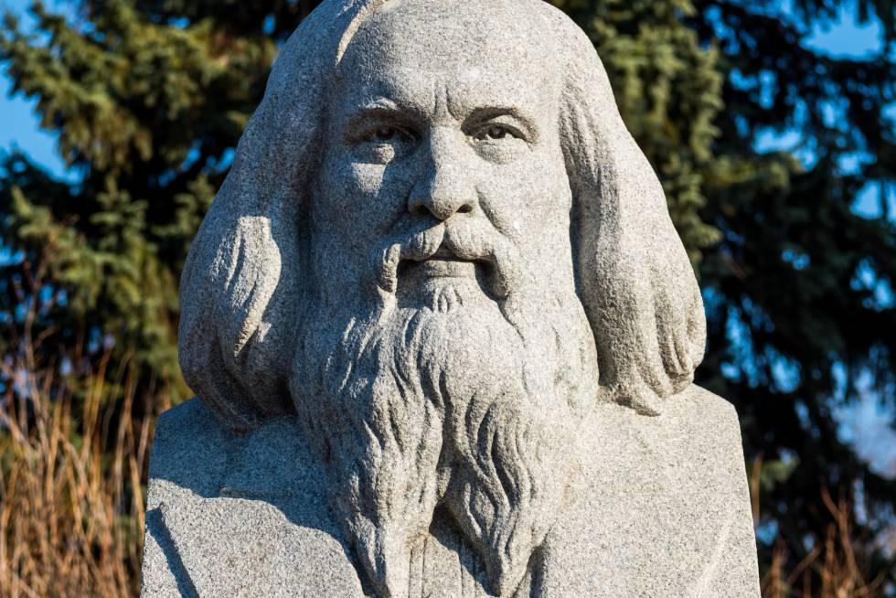 Busto de de Dmitri Mendeléyev en la Universidad Lomonosov de Moscú.