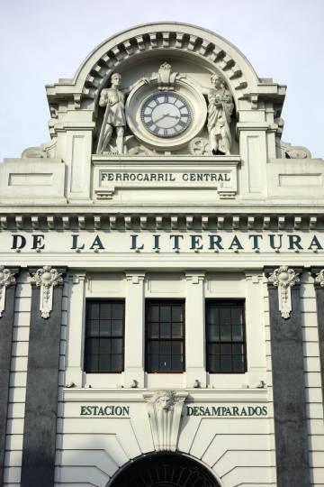 El reloj de la fachada de la antigua estación de tren de Desamparados de Lima, hoy la Casa de la Literatura Peruana.