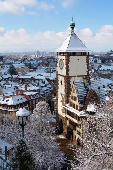 Vista invernal de Friburgo, con la torre de la Schwabentor en primer plano.