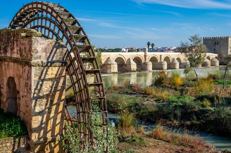 El molino medieval de la Albolafia y, al fondo, el puente romano de Córdoba que atraviesa el Guadalquivir.