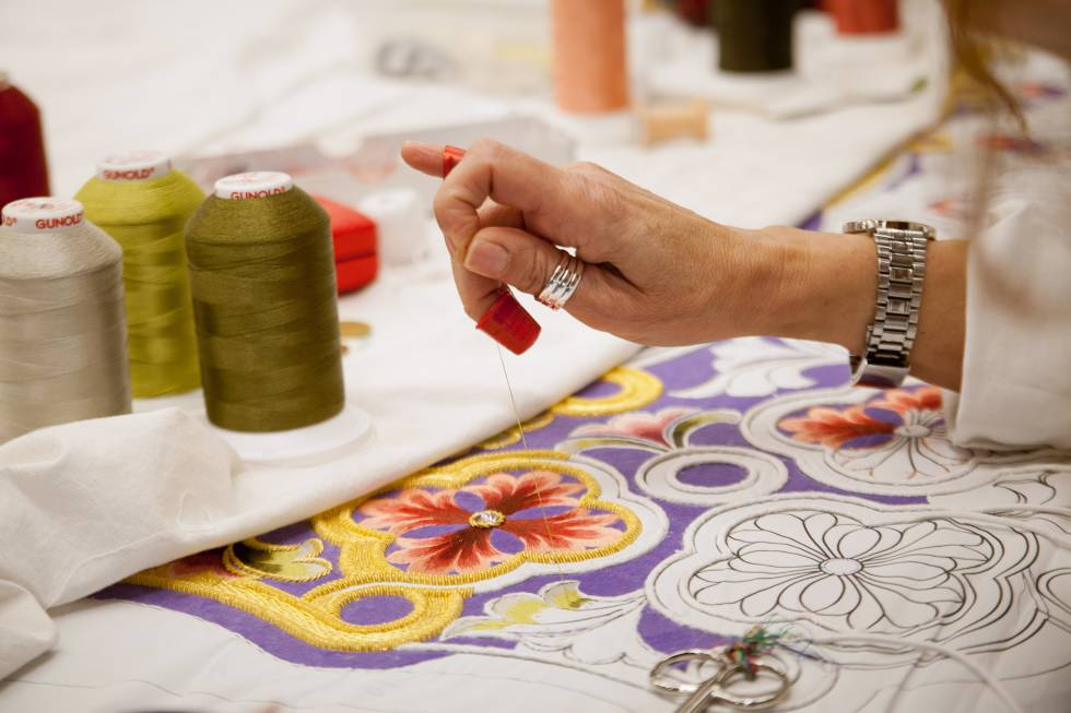 As iconic as Lorca's Holy Week are the embroideries that carry its processional steps, candidates for intangible heritage by Unesco.  In the photo, the Blue Museum workshop.
