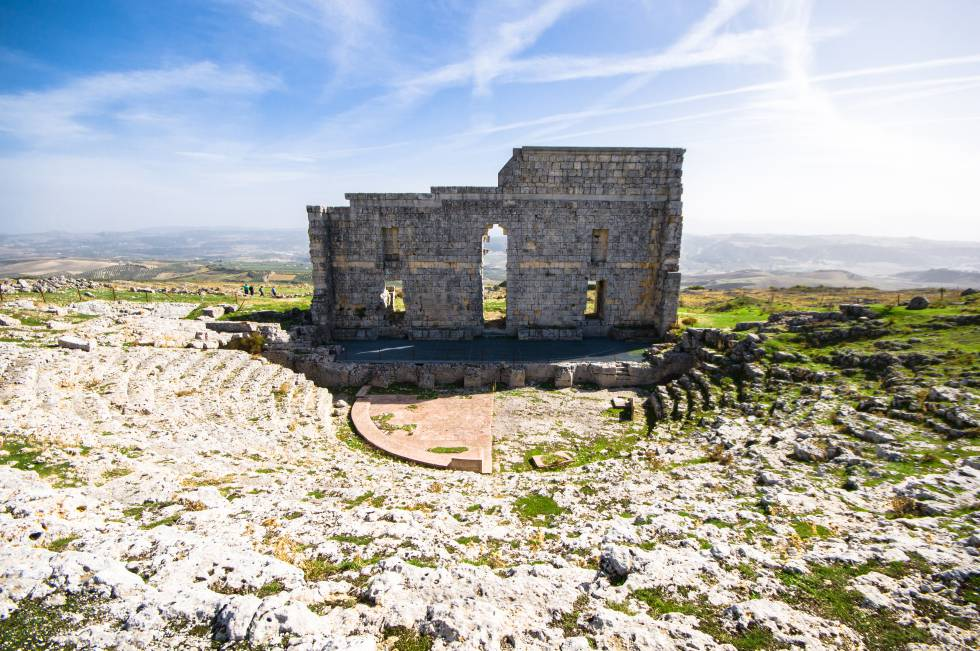 Added to the heritage value of the ancient city of Acinipo, located 999 meters above sea level, is a beautiful landscape with views that encompass the provinces of Cádiz, Málaga and Seville.