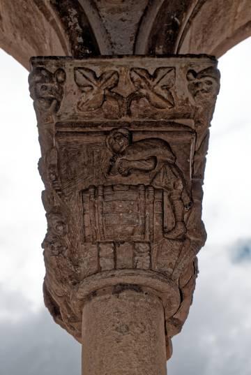 Un capitel de la iglesia de Nuestra Señora de la Soterraña, en Santa María la Real de Nieva.