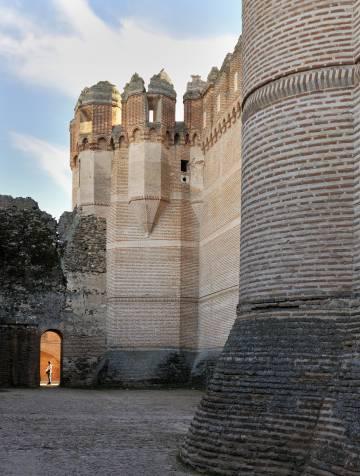 El castillo de Coca, en el noroeste de Segovia, es una joya del arte gótico-mudéjar español.