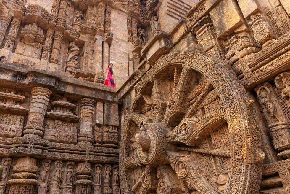 Una mujer india recorre el Templo del Sol, un santuario del siglo XIII ubicado en la localidad de Konark (India).
