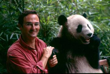 Fernando González Sitges junto a un ejemplar de oso Panda.