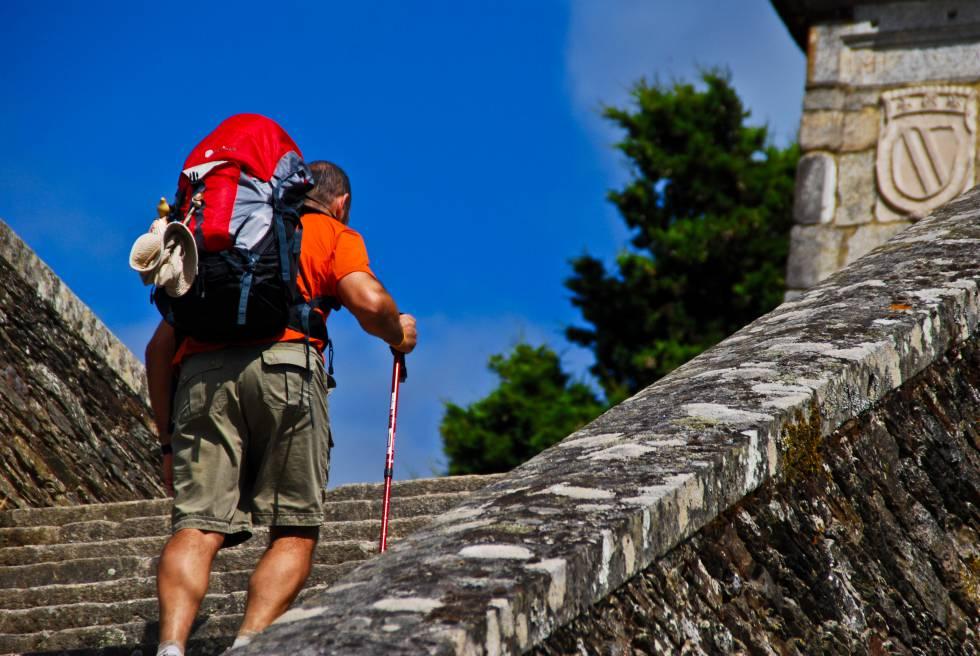 Un peregrino del Camino de Santiago, en la localidad lucense de Portomarín.