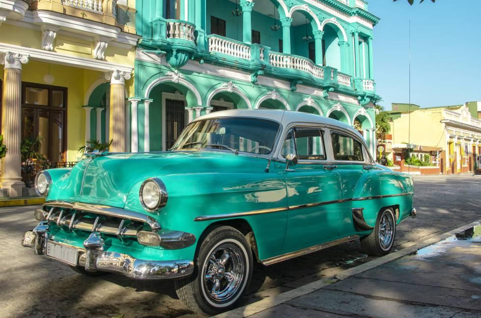 Un 'almendrón' en una calle de Santa Clara (Cuba).