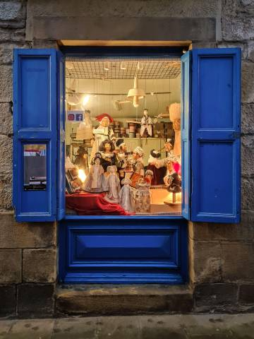 The puppets that they design and manufacture in Menina's shop-workshop are distributed all over the world, both in private collections and in museums.