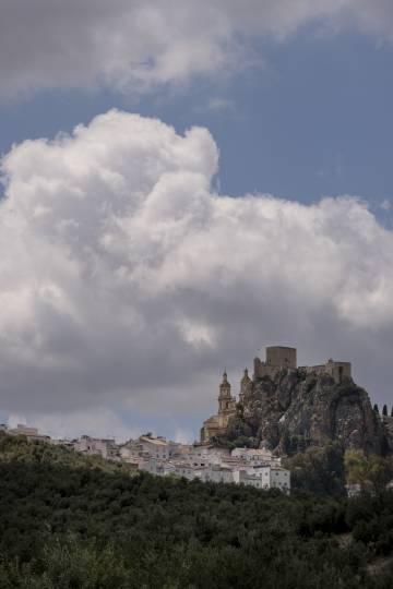 El castillo de Olvera, una de las visitas durante la ruta de la Vía Verde de la Sierra.