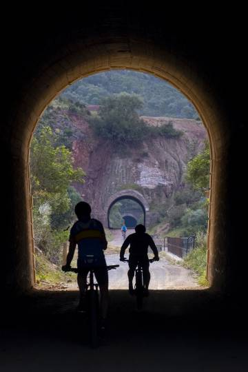 Ciclistas en el llamado túnel de Castellar, de 68 metros de largo, ubicado en la Vía Verde de la Sierra (Cádiz).