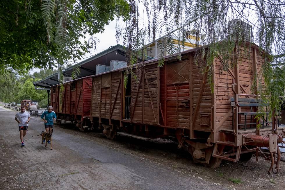 Vagones en la antigua estación de Luque, una de las paradas del tramo cordobés de la Vía Verde del Aceite.