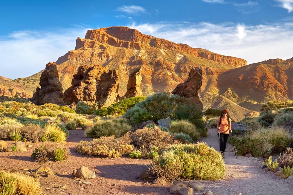 Una mujer transita una pista del parque nacional del Teide.
