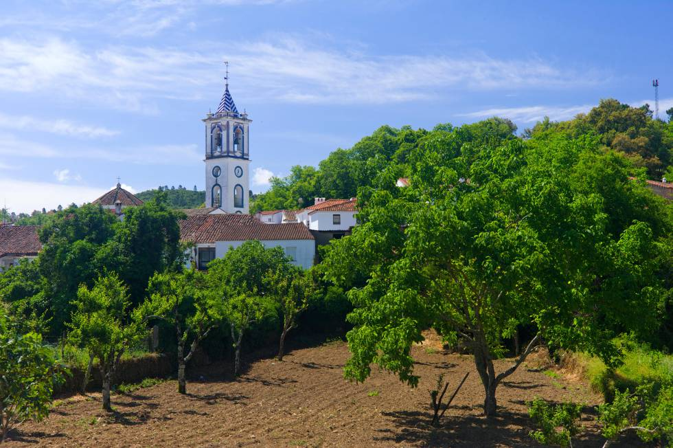 Panorámica de la localidad de Los Marines, en la sierra de Aracena (Huelva).