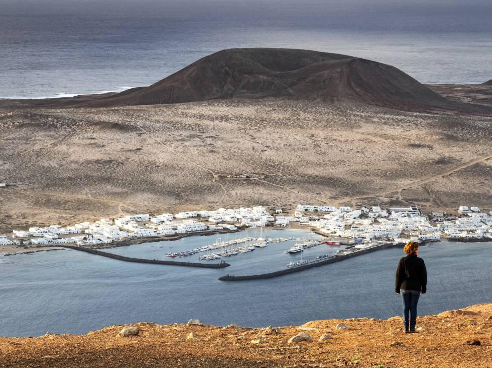 El puerto de Caleta del Sebo, en la isla de La Graciosa, visto desde el risco de Famara (Lanzarote).