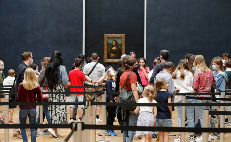 Visitantes ante 'La Gioconda', en el Louvre (París)
