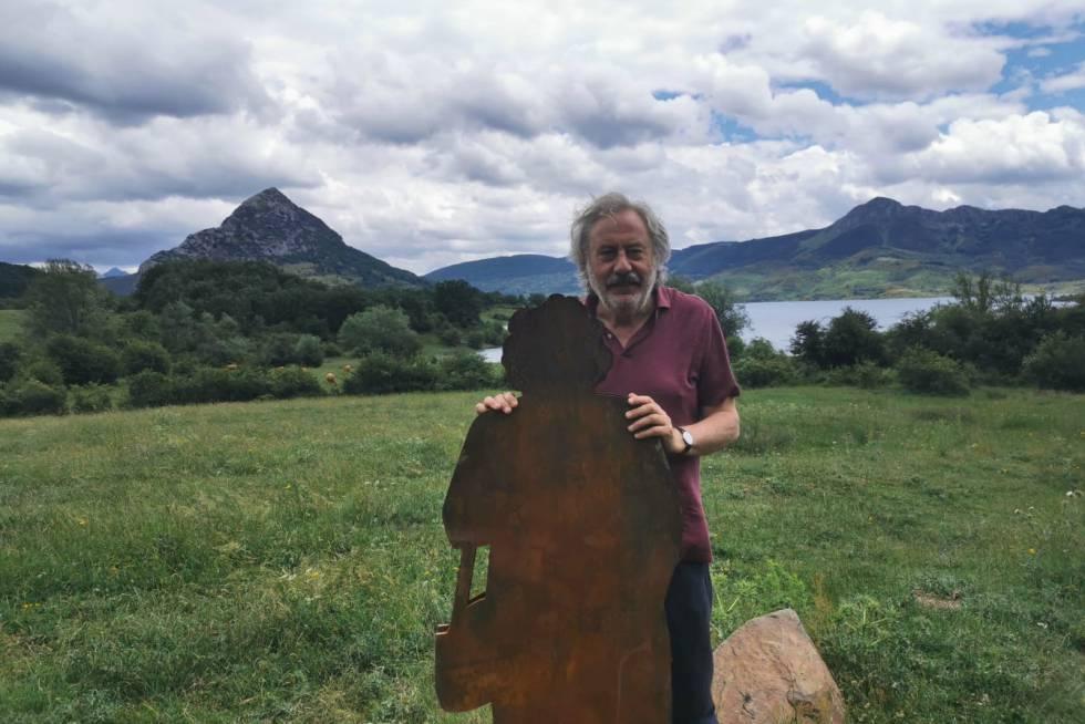 Julio Llamazares, junto a una de las esculturas de la ruta El Eco de la Montaña.