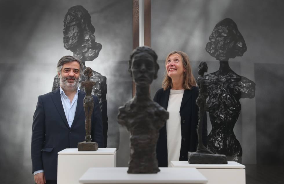 Pedro Nunes, director del Museu da Misericórdia do Porto, y la comisaria de arte Charlotte Crapts, entre las esculturas de Giacometti y las fotografías de Peter Lindbergh que componen la exposición 'Capturar o Invisível'.