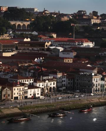 Vista del centro histórico de Vila Nova de Gaia desde el puente de Don Luis I, en Oporto.