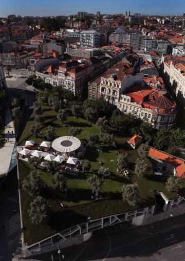 La terraza BASE, en el centro histórico de Oporto, vista desde la Torre de los Clérigos.