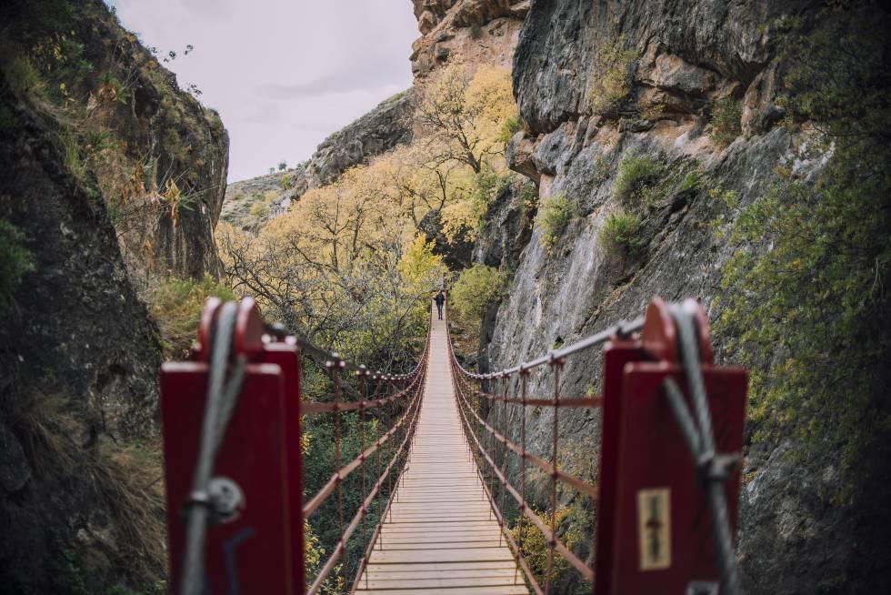 Pasarela entre las montañas en el municipio granadino de Monachil.