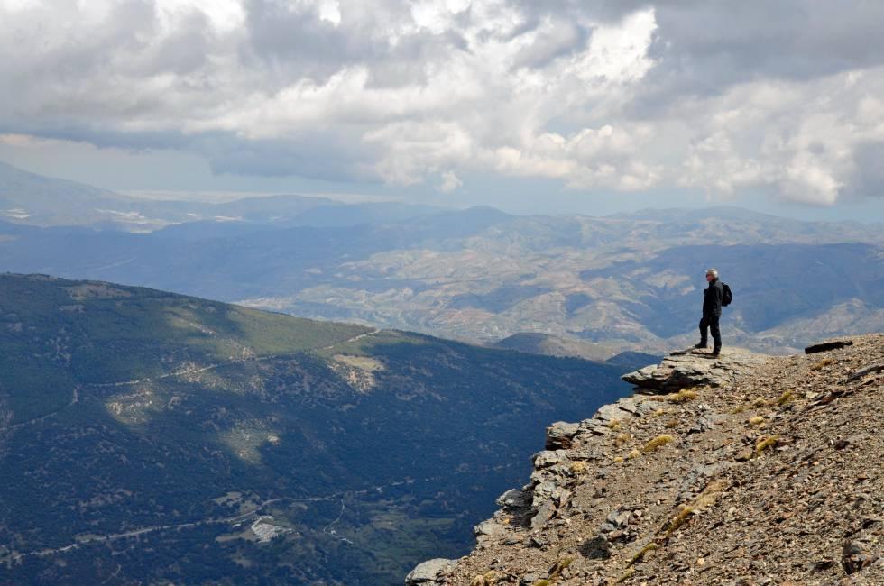 Un montañero se asoma a una espectacular panorámica cerca del pico de Mulhacén (3.479 metros), en Sierra Nevada (Granada).