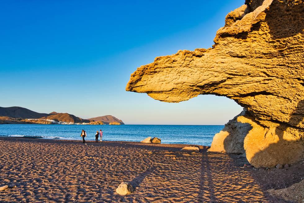 La playa del Arco está en la localidad de Los Escullos, que pertenece al término municipal de Níjar, en el Cabo de Gata (Almería)