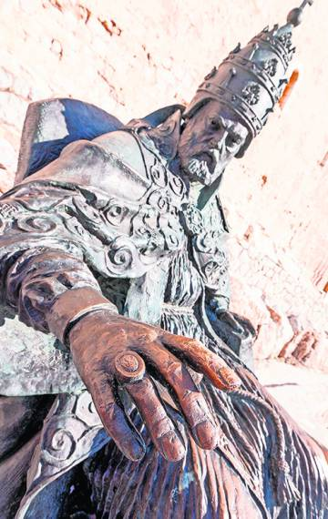 Estatua de Benedicto XIII (El Papa Luna), obra de Sergio Blanco.