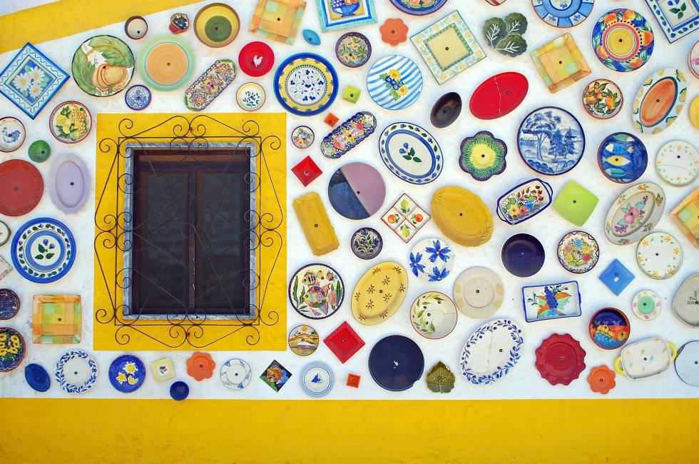 Decoración en la fachada de la tienda de artesanía Cerámicas Paraíso, con locales en Raposeira y Sagres.