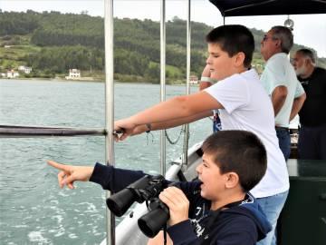 En barco de Trampalones por la ría de Villaviciosa.