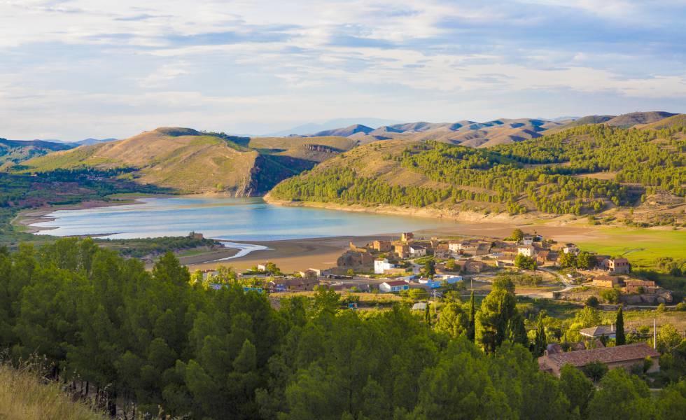 El pueblo aragonés de Nuévalos, a orillas del embalse de la Tranquera.