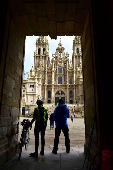 Peregrinos frente a la catedral de Santiago. El Año Santo Xacobeo se ha extendido a 2022 por la covid-19.