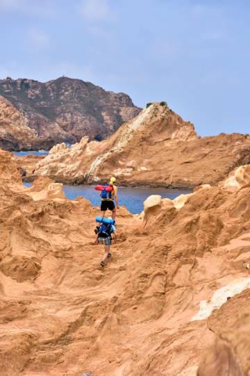 El Camí de Cavalls es un sendero de 185 kilómetros que rodea Menorca.