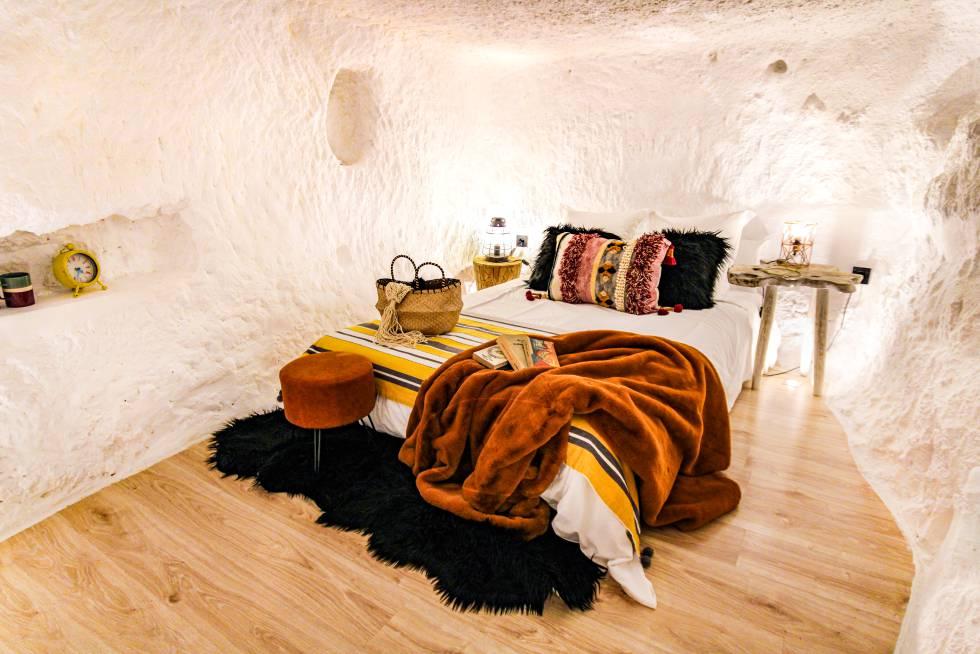 Una de las habitaciones cueva de XUQ, alojamiento ubicado en la localidad albaceteña de Jorquera.