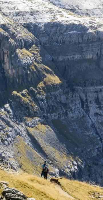 Sendero junto a uno de los imponentes cortados del Valle de Ordesa.