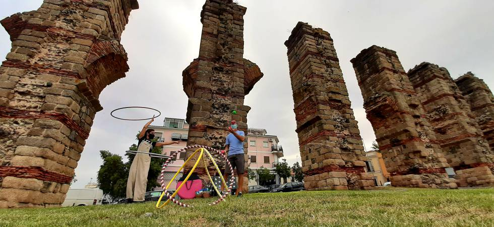 El Acueducto de los Milagros, en Mérida, durante los preparativos de la Noche del Patrimonio